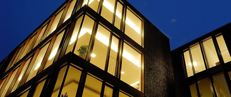 BRÖCKIN FENSTER Fassadensysteme Titelbild 1500x630 Nachtansicht