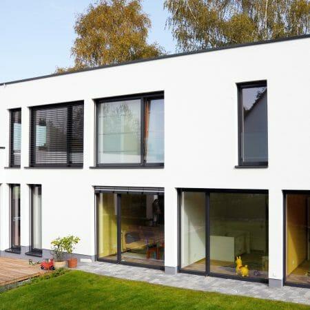 Der bis zu 35 % geringere Rahmenanteil der KYOTO Klimaschutzfenster schafft größere Glasflächen - und damit mehr Licht und Wärme im Haus.