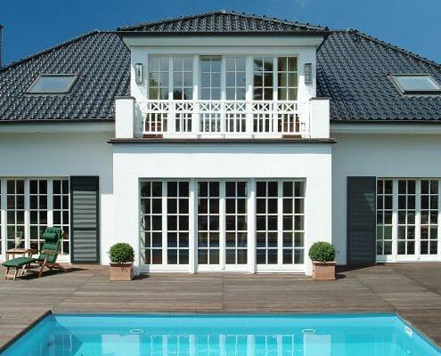 Sprossen in Perfektion Ansicht-Pool-Sprossenfenster-Terrassentueren-Holzfenster-weiss-broeckingfenster