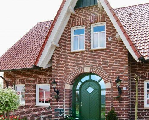 traditionelles Einfamilienhaus Holzfenster Holztüren es muss nicht immer rechteckig sein Broecking Fenster