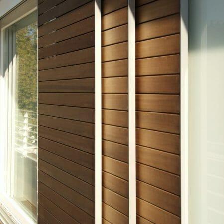 Passende Lamellenschiebetüren sorgen für stilvollen Sonnen- und Sichtschutz.