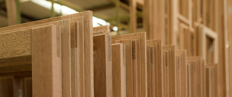 Erstellung von Holzfenstern, Holz-Aluminiumfenstern, Haustüren und Fassaden