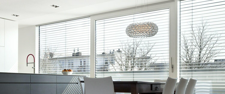 Titelbild Sonnenschutz Broecking Fenster 1500x630px Raffstore Rollladen Tuchbeschattungen Blendläden