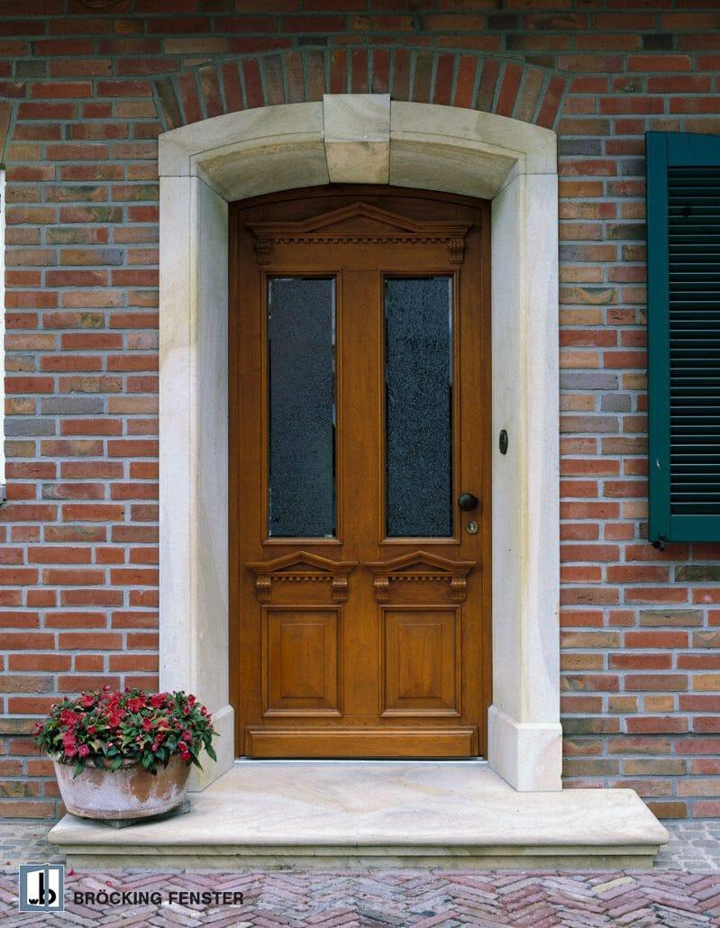 Haustür mit geschnitzten Details
