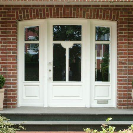 Haustüranlage mit Glaseinsätzen und Sprossen.