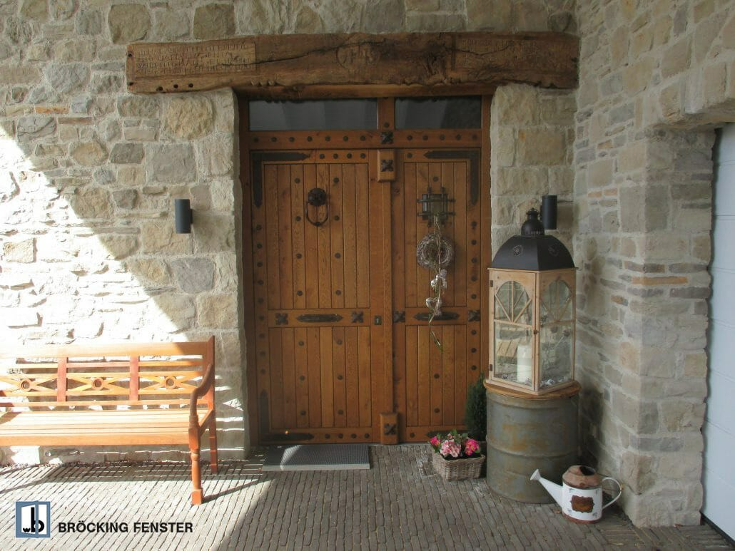 Ein individuell gefertigtes Einzelstück ist diese mittelalterlich anmutende, rustikale Haustür mit originalgetreu gearbeiteten Beschlägen.