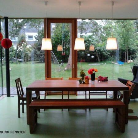 Großzügige Holz-Aluminium Fensterelemente sorgen für lichtdurchflutete Innenräume.