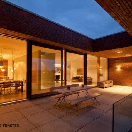 Pfosten-Riegel-Konstruktionen schaffen lichtdurchflutete Wohnlichkeit durch großzügige Glasflächen.