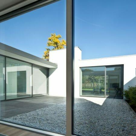 Holz-Aluminum Fenster verbinden eine moderne Fassade mit wohnlichkeit in den Innenräumen.