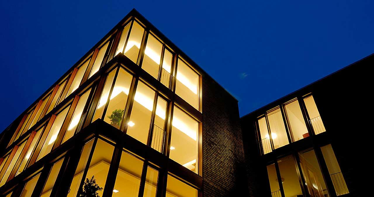 broecking-fenster-produktübersicht-startseite-fassadensysteme-nachtansicht-1280x677