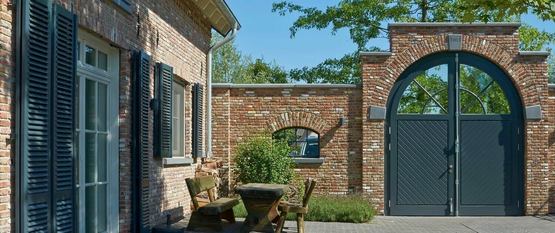 Holzfenster mit Blendläden Holzhaustüren Hofeinfahrtstor