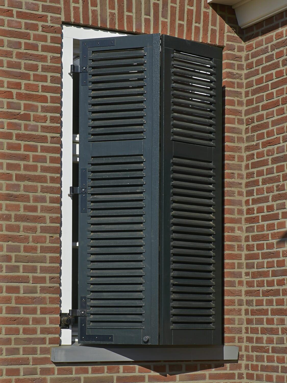 Holzfenster mit Blendläden klassische Stadtvilla