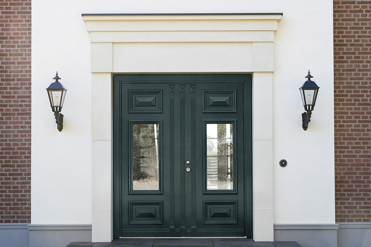 klassische doppelflügelige Haustür aus Holz in grachtengrün