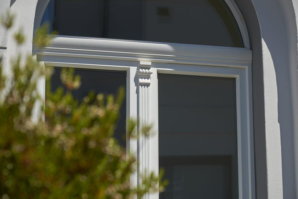 Stichbogenfenster mit Kämpfer und profilierter Schlagleiste mit Kapitell