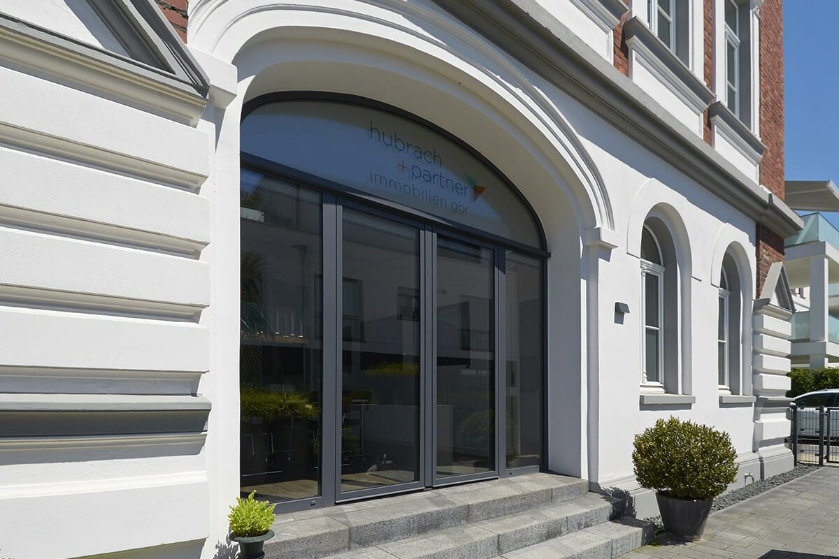 modernes Holz Aluminium Fenster als Stichbogen als Terassentür