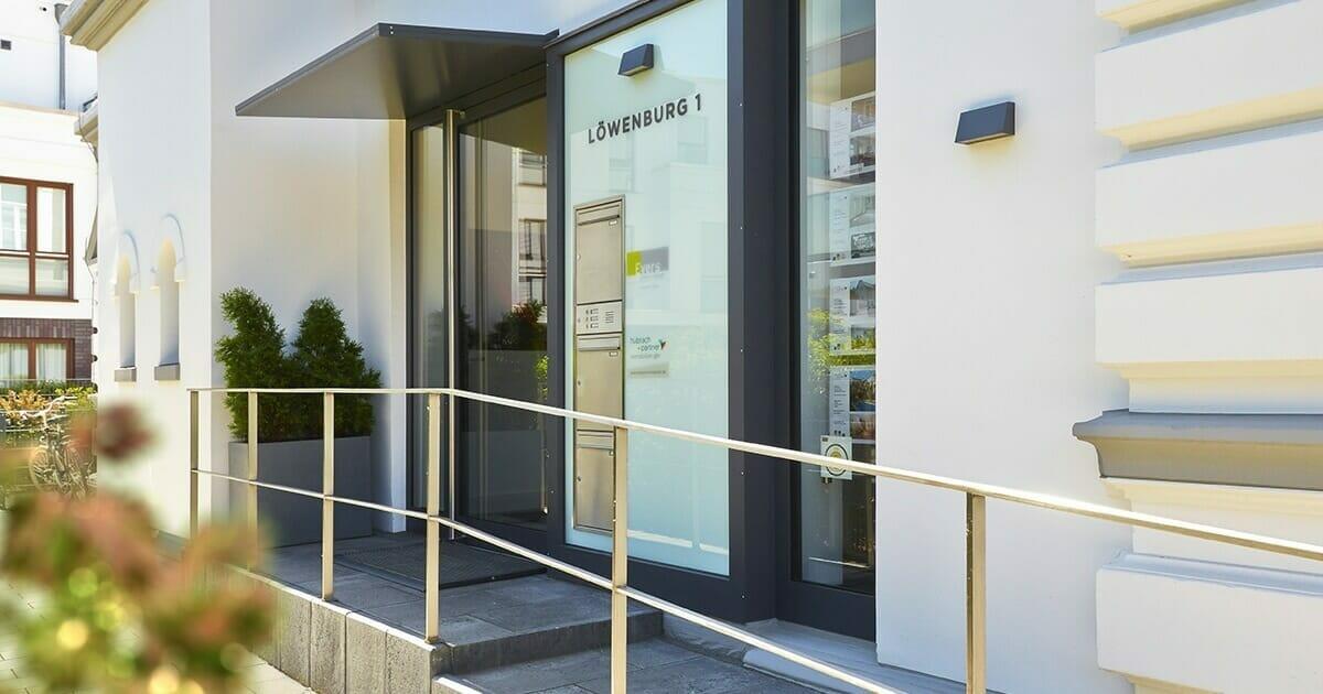 moderne Eingangsanlage mit Vordach und Briefkastenanlage