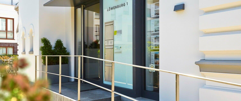 moderner Eingangsbereich mit Briefkastenanalage