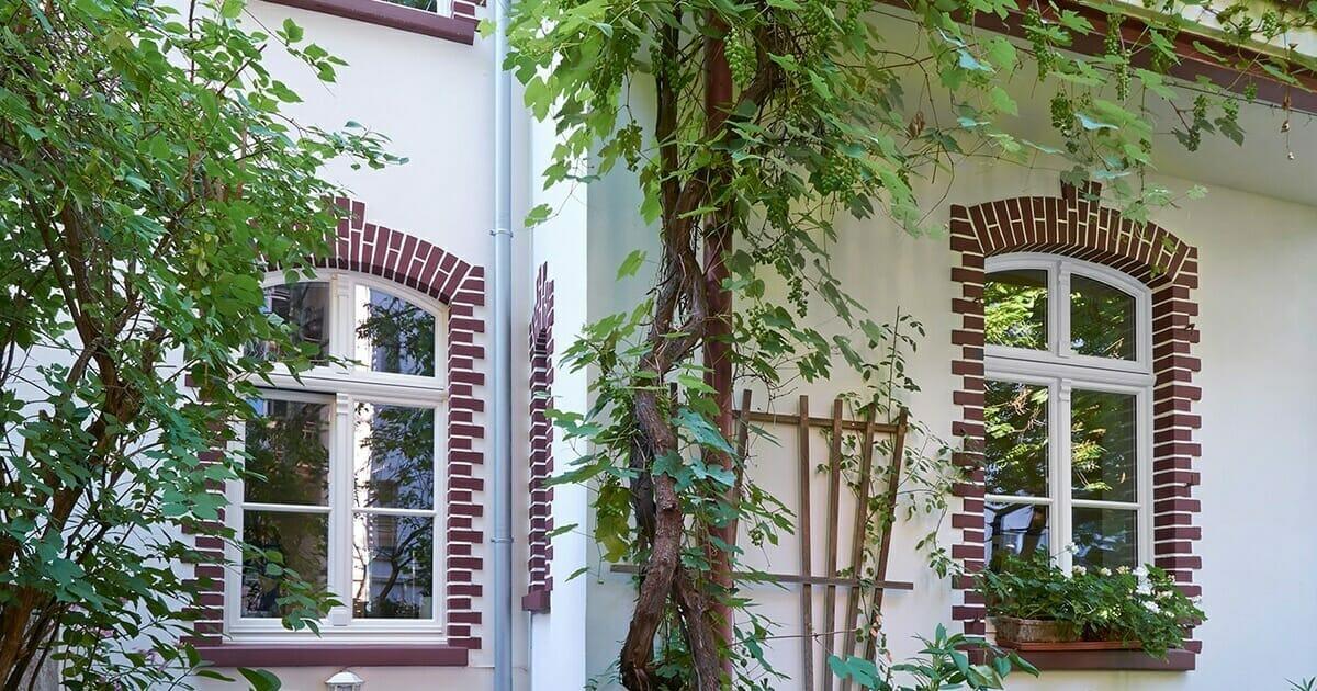 Klassische Holzfenster mit profilierten Sprossen als Stichbogen