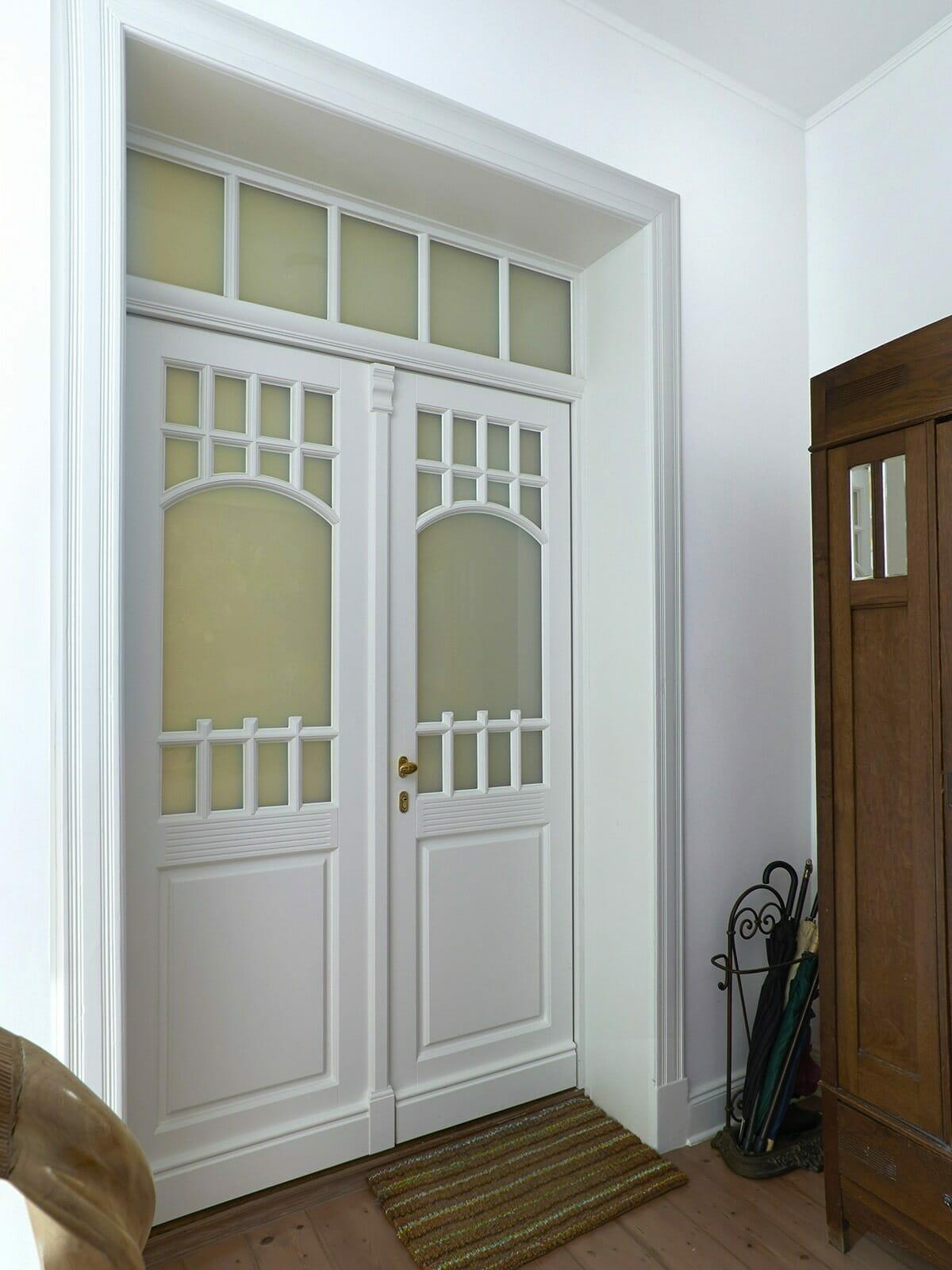 Holzeingangstür innen im Mehrfamilienhaus nach Denkmalschutzvorgaben