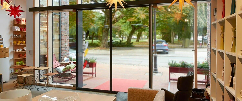 Geze Schiebetür in Pfosten Riegel Fassade integriert