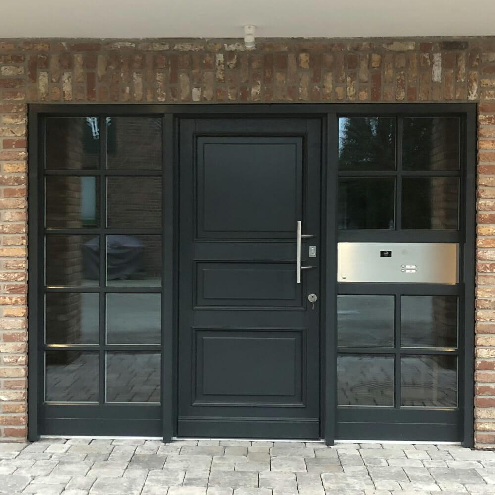 Haustür mit seitlichen Sprossenfenstern und integrierter Briefkastenanlage