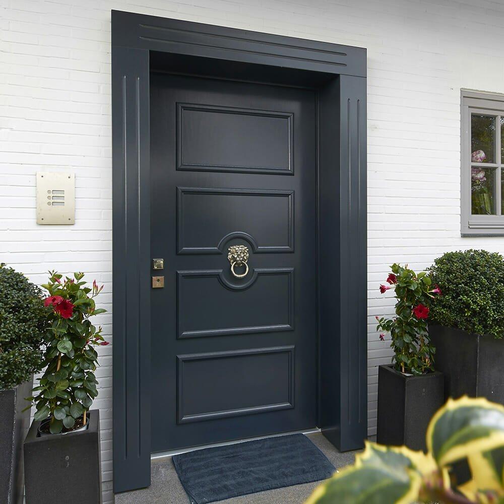 Tür mit Profilleisten nach Kundenwunsch und Messing Türklopfer Löwenkopf
