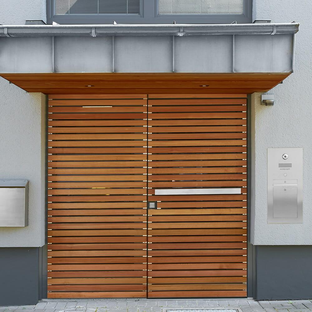 Haustür mit horizontaler Lärche Verbretterung