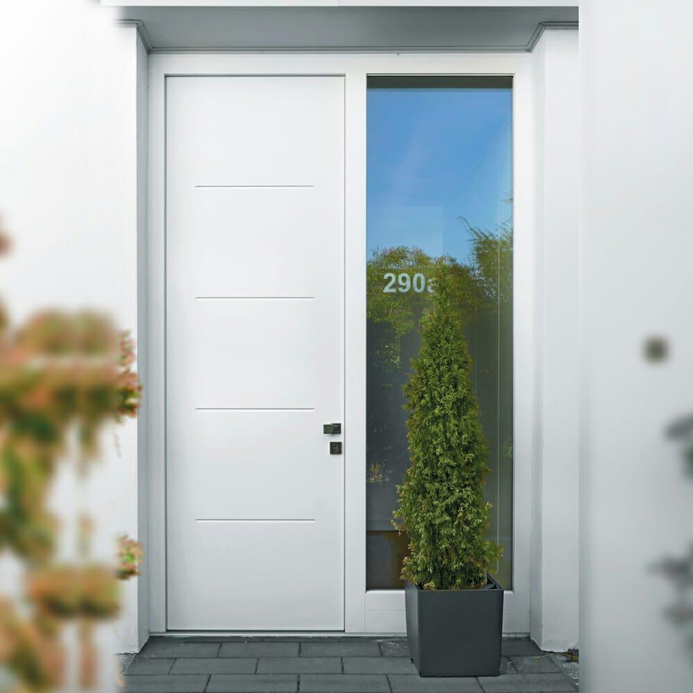 moderne weiße Holzhaustür mit eingefrästen Linien